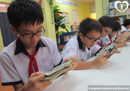 Rất nhiều em học sinh đã phải mang kính khi còn nhỏ