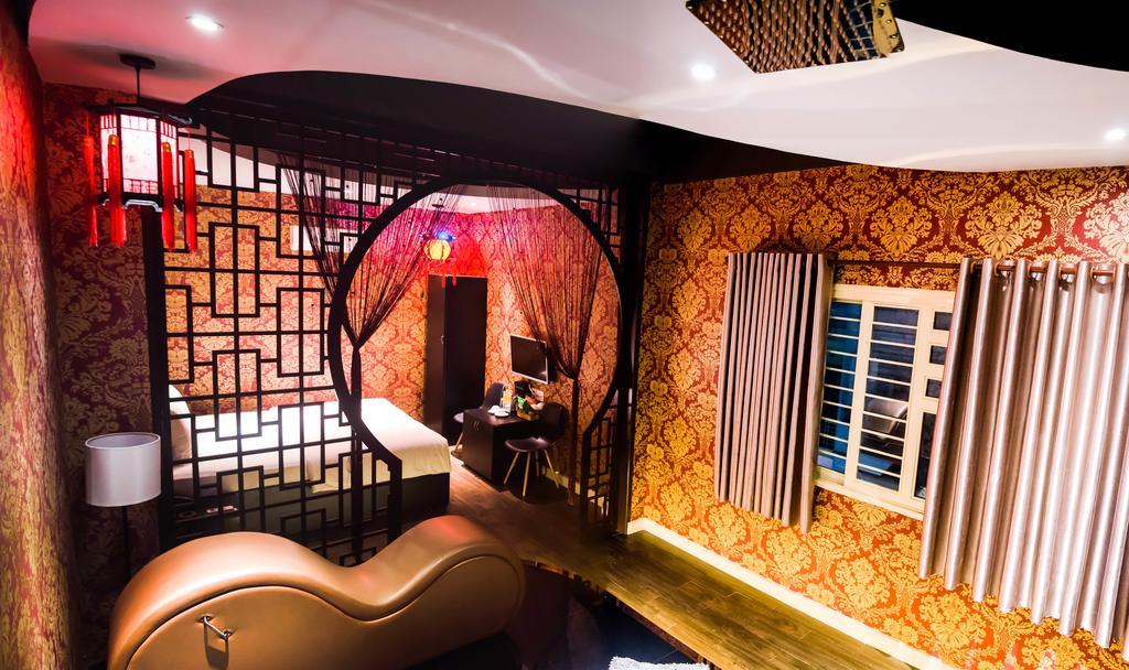 khách sạn tình yêu -Không gian lãng mạn và thiết kế làm nổi bật sự riêng tư sẽ giúp hai bạn hâm nóng tình cảm, để lại kỷ niệm thực sự khó quên.  Địa chỉ: số 570-572 Trần Hưng Đạo, Quận 5
