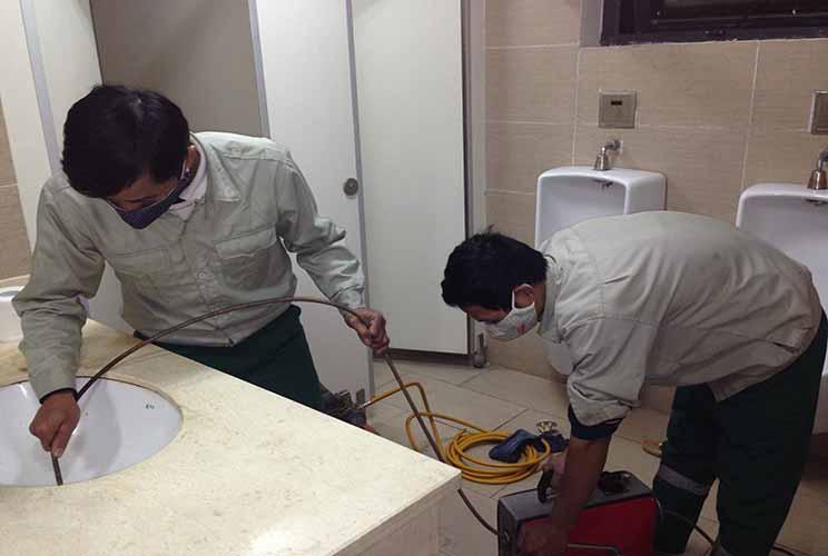 Có thể kêu đội vệ sinh vào để khử mùi nhà vệ sinh nhưng cách này khá tốn kém