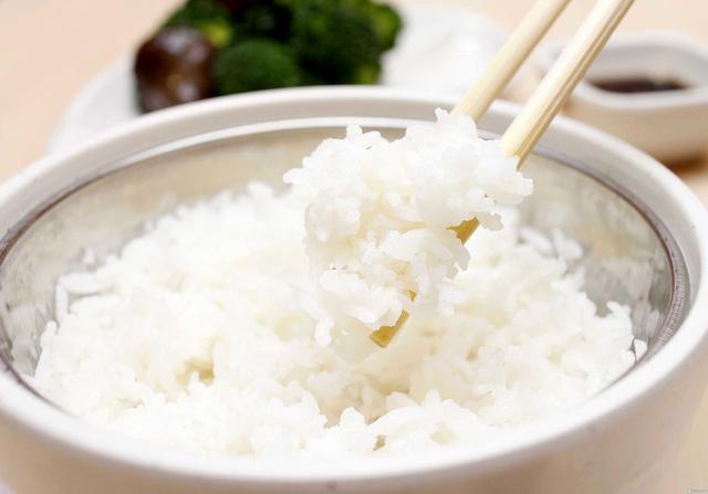 Cơm trắng hơn khi vắt ít chanh vào trước khi nấu cơm