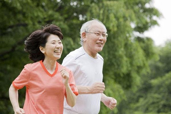 Chế độ ăn uống lành mạnh cùng tập thể dục thường xuyên rất tốt cho người cao tuổi